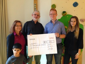 Weber übergibt eine Spende an den Kindergarten