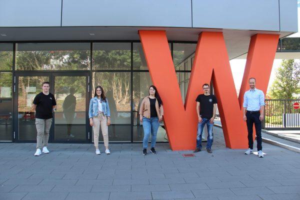 4 junge Menschen starten bei Weber in eine orange Zukunft